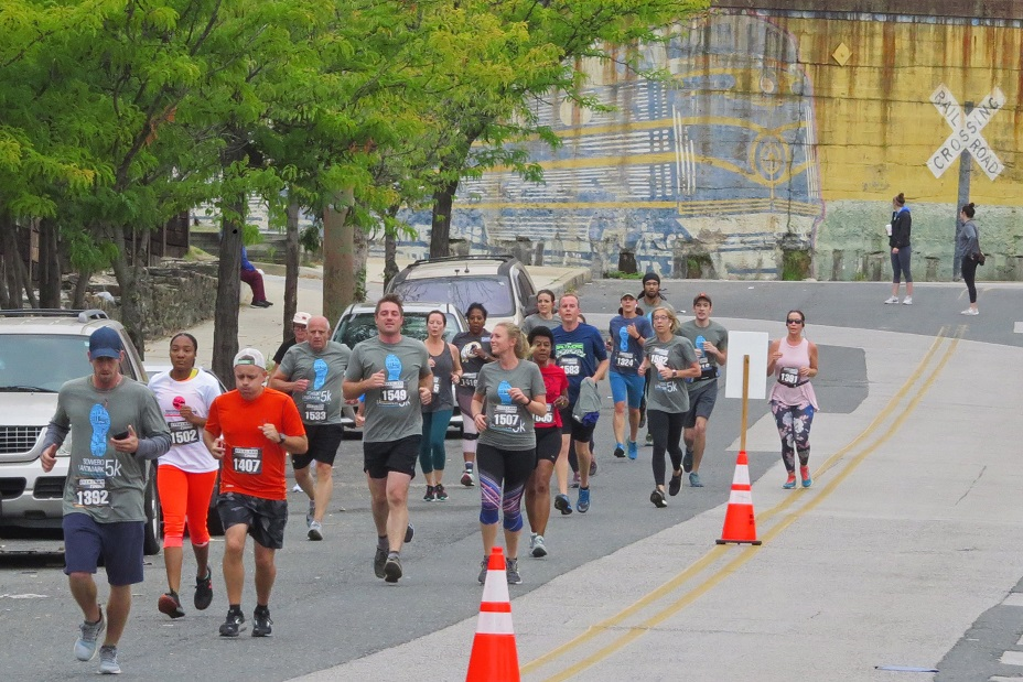 Runners exiting the B & O Museum heading to Carroll Park.